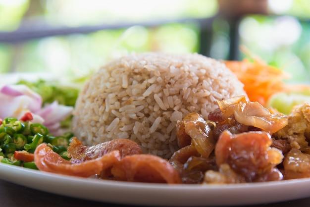 Reis mit garnelenpaste gewürzt