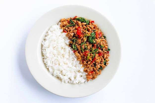Reis mit gebratenem scharfem und würzigem schweinefleisch mit basilikum