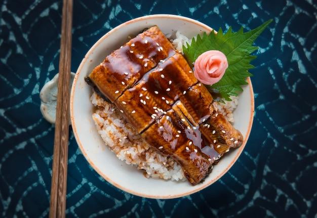 Reis mit gegrilltem japanischem aal.