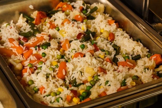 Reis mit gemüse dampfbad im hotel für catering, seminar, kaffeepause, frühstück, mittag- und abendessen, buffet. gesundes und leckeres essen