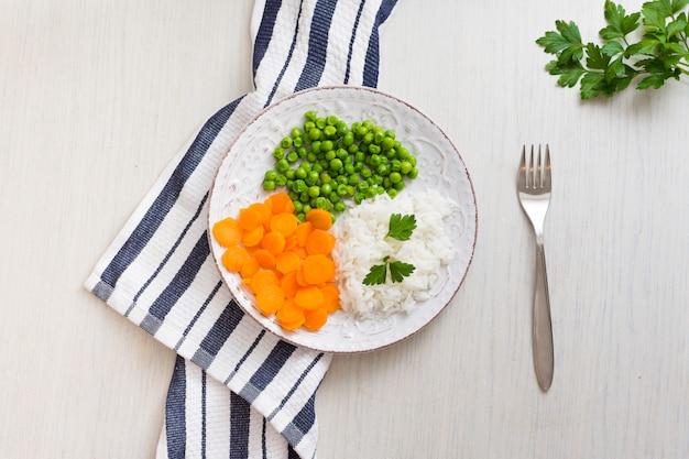 Reis mit gemüse und petersilie auf platte