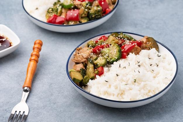 Reis mit gemüseaufruhr briet auf blauer platte