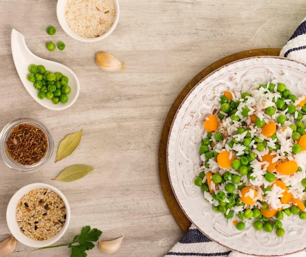 Reis mit grünen bohnen und karotte auf platte mit schüsseln