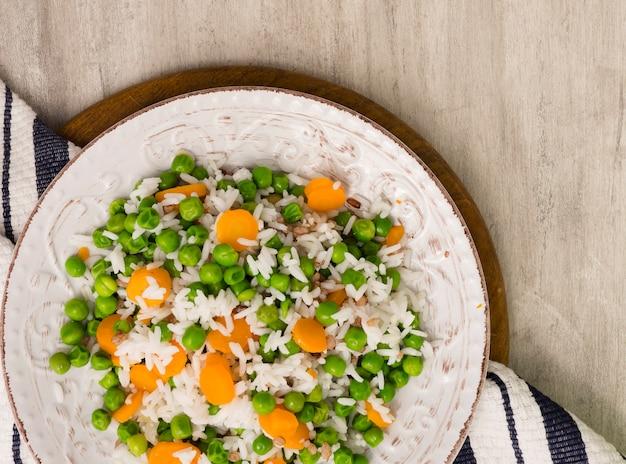 Reis mit grünen bohnen und karotte auf platte