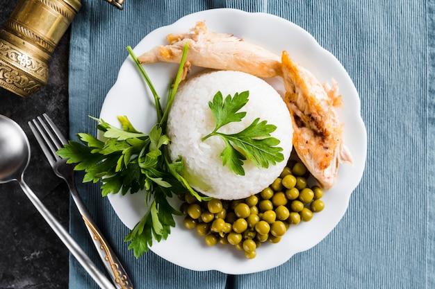 Reis mit hähnchenbrust und erbsen