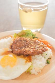 Reis mit hamburg-steak und spiegelei