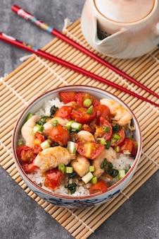 Reis mit hühnertomatensauce chinesisches essen