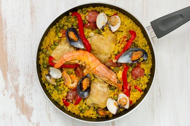 Reis mit huhn und meeresfrüchten