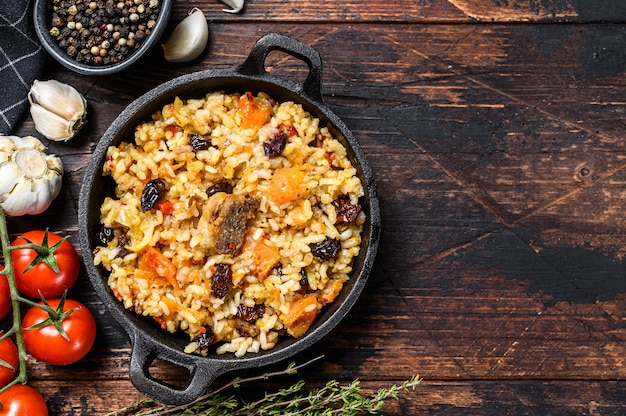 Reis mit lammfleisch und gemüse in einer pfanne