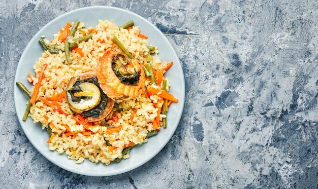 Reis mit meeresfrüchten und gemüse