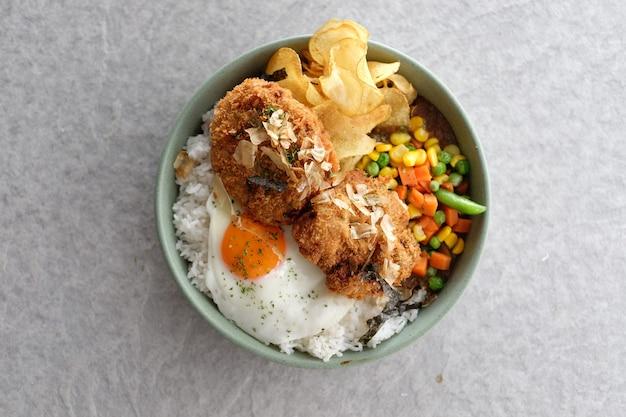 Reis mit pommes frites kartoffelchips karottenbohne und spiegeleier