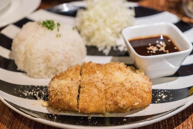Reis mit schweineschnitzel tonkatsu