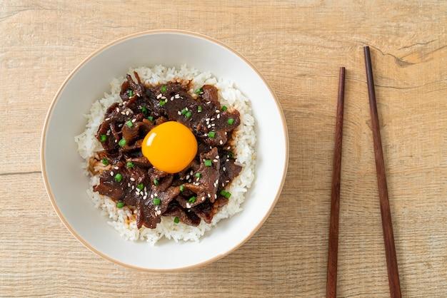 Reis mit soja-geschmack schweinefleisch oder japanisches schweinefleisch donburi bowl - asiatische küche