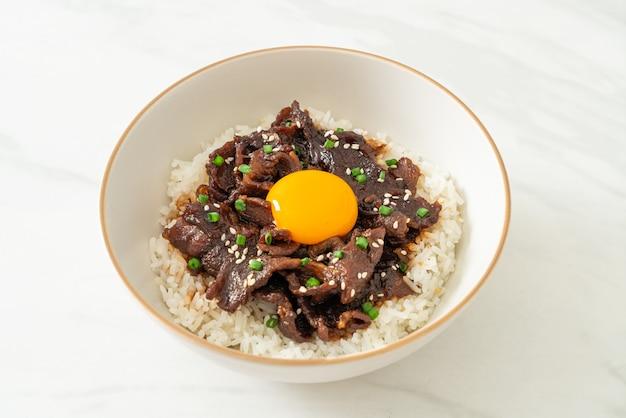 Reis mit sojageschmack schweinefleisch oder japanische schweinefleisch donburi schüssel - asiatische küche