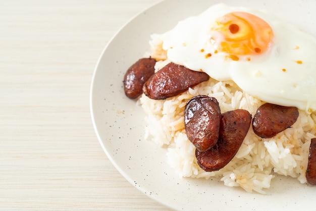 Reis mit spiegelei und chinesischer wurst - hausgemachtes essen im asiatischen stil