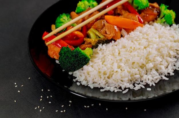 Reis mit teriyaki huhn im japanischen stil eingestellt und essfertig