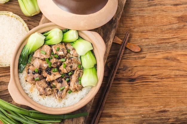 Reis nach kantonesischer art mit gedünstetem reis mit spareribs