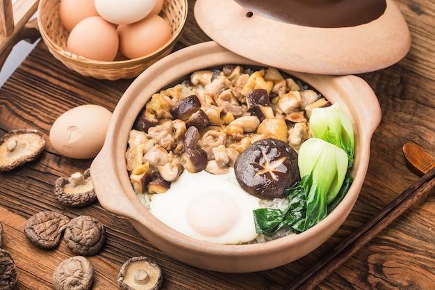Reis nach kantonesischer art mit hühnchen und pilzen