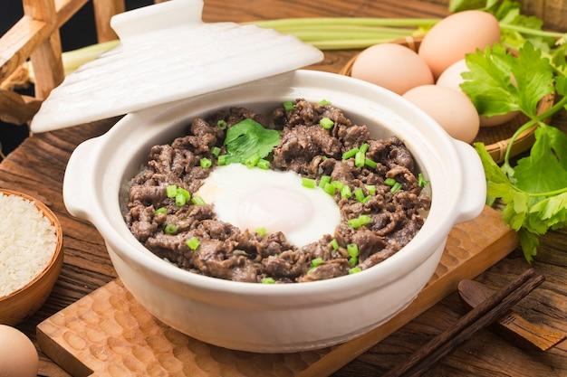 Reis nach kantonesischer art mit rindfleisch