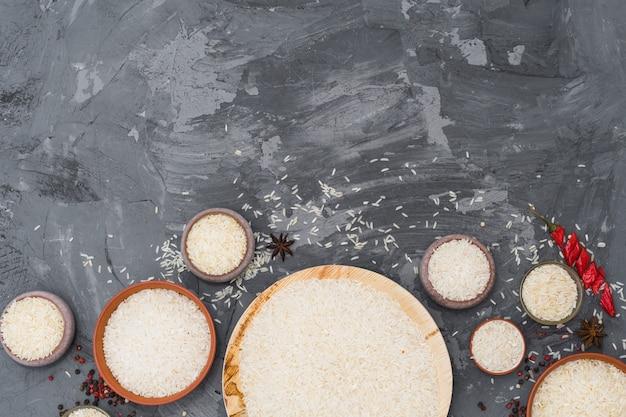 Reis; rote chilischote; sternanis und pfefferkorn auf rauer oberfläche