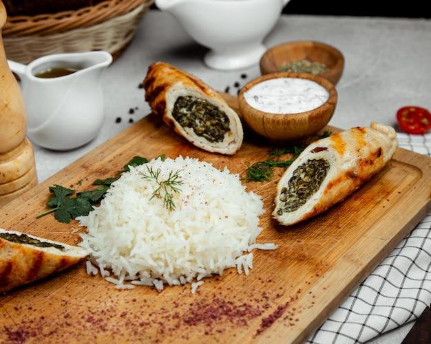 Reis serviert mit fleischroulade
