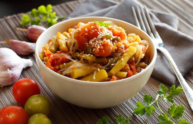 Reis-spaghetti mit gemüse in einer schüssel nah oben