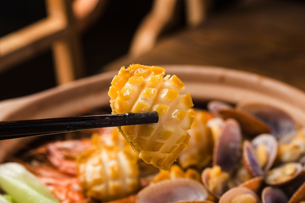 Reis-topf mit meeresfrüchten nach kantonesischer art