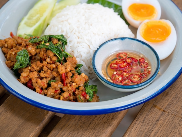 Reis überbacken mit gebratenem schweinefleisch und basilikum mit fischsauce mit chili.