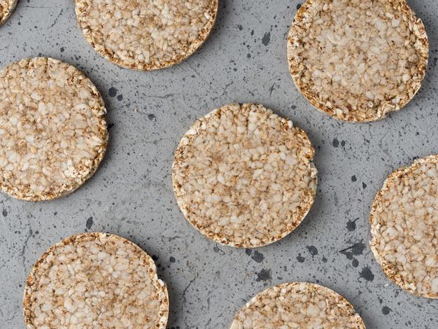 Reis- und buchweizenkuchen auf der grauen tabelle