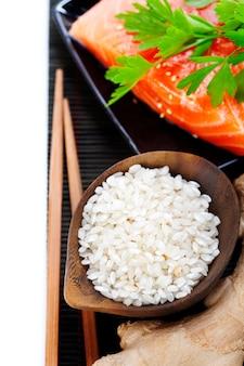 Reis und fisch auf bambusmatte