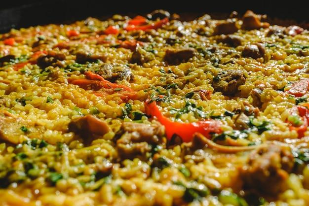 Reis und kaninchen, typisches gericht der gastronomie der region murcia, spanien, gekocht in einer paellapfanne.