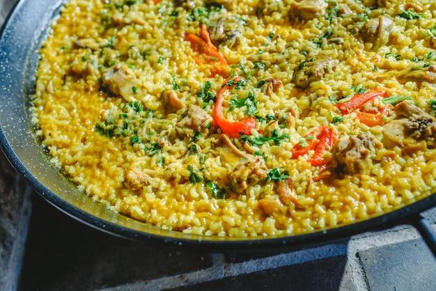 Reis und kaninchen, typisches gericht der gastronomie der region murcia, spanien