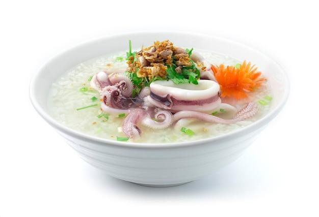 Reisbrei gekocht mit tintenfischkotelett, das leckeren hauptkorb kocht