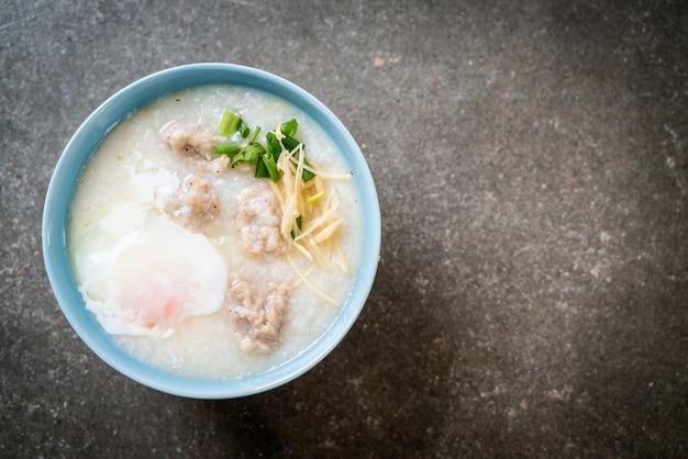 Reisbrei mit gehacktem schweinefleisch in einer schüssel