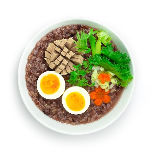 Reisbrei serviert gekochtes ei und vietnames sauceage mit geschnitzten karotten dekorieren