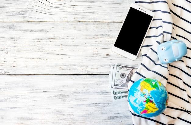 Reise, abenteuer, ferienkonzept. smartphone, geld, spielzeugauto