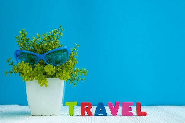 Reise beschriftet text und notizbuchpapier und wenig dekorationsbaum