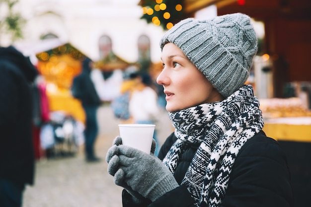Reise-feiertage-winter-weihnachten und leutekonzept