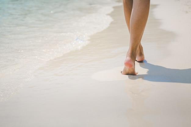 Reise frau fuß am strand