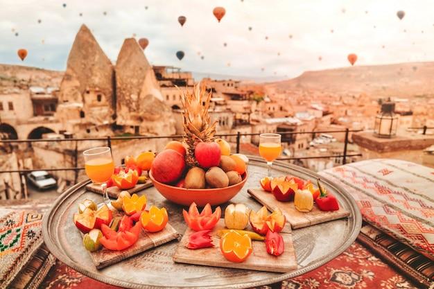 Reise in kappadokien bunte heißluftballone, die über den talsonnenaufgang fliegen