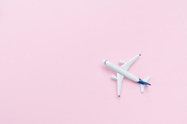 Reise-konzept. flugzeug auf einem rosa hintergrund. platz für text.