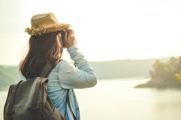 Reise lifestyle-abenteuer-konzept urlaub in die wildnis.