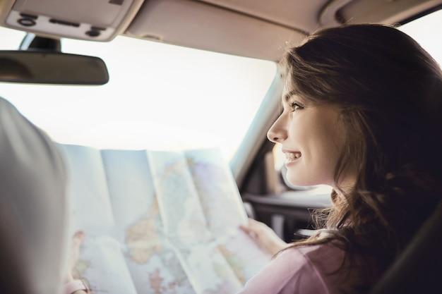 Reise. paar fährt im auto