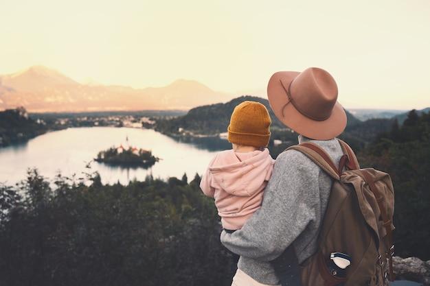 Reise slowenien mit kindern familienreise europa mutter mit kind mit blick auf den bleder see