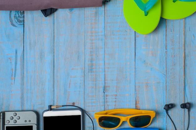 Reise, sommerzubehör auf blauem holz