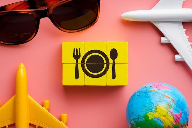 Reise- und restaurantikone auf buntem puzzle