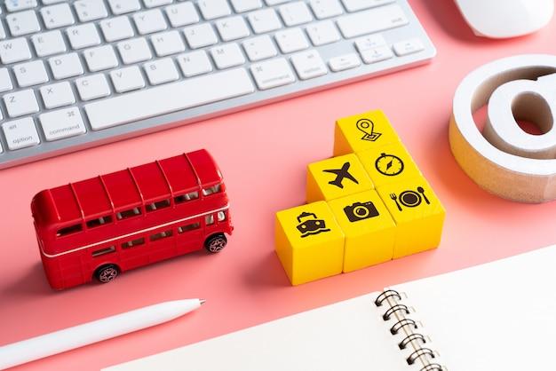 Reise- und transportikone auf buntem konzepthintergrund