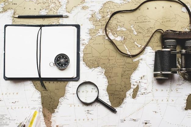 Reise zusammensetzung mit leeres notizbuch und andere dekorative objekte