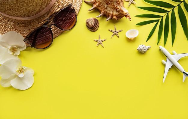 Reiseaccessoires auf gelbem hintergrund