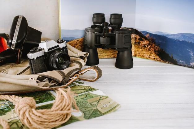 Reiseaccessoires für eine bergtour auf weißem holz